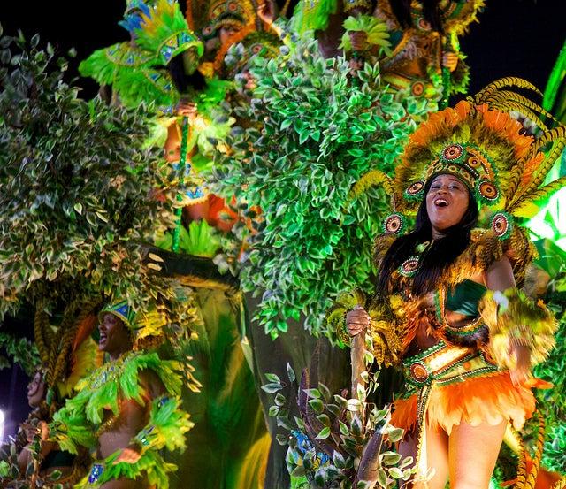 Danseuse brésilienne pendant le carnaval de Rio