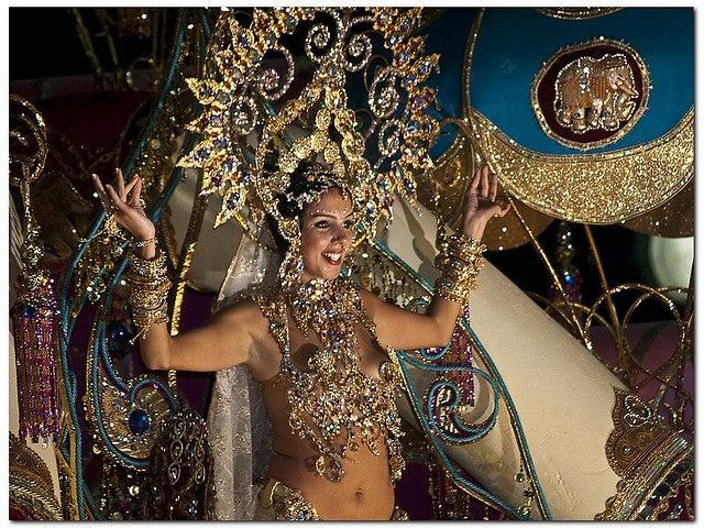 Jeune fille déguisée pour le carnaval de Tenerife