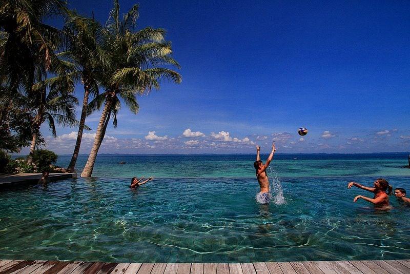 piscine à côté de la mer