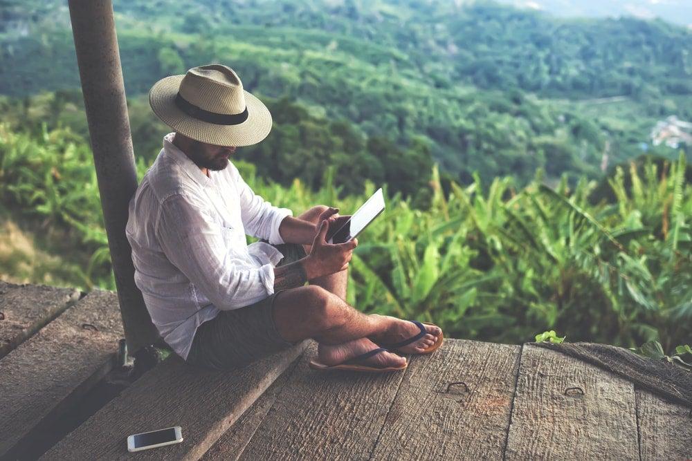 homme tablette voyage - blog Opodo