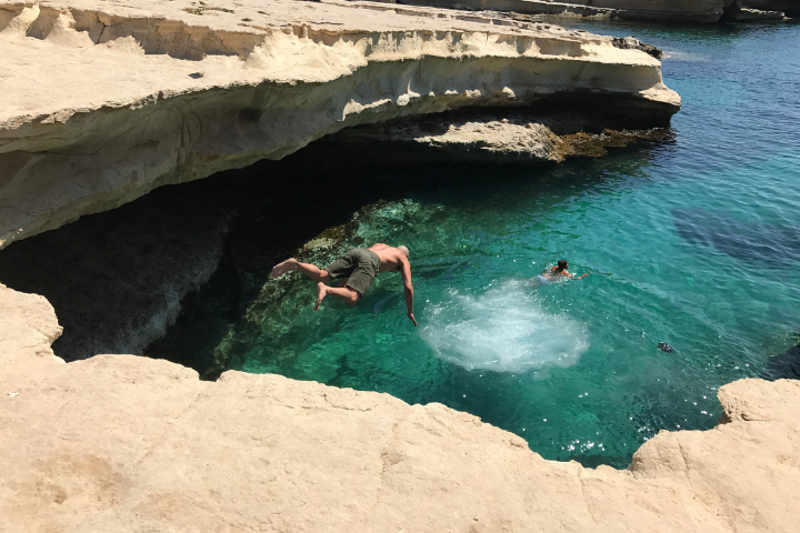 Plongeon dans St Peter's Pool, une piscine naturelle à Malte