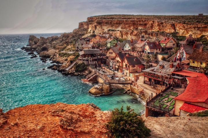 Vue sur le Popeye Village et Anchor Bay à Malte