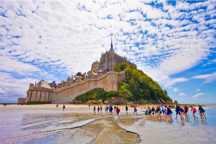 Pieds nus dans la baie du Mont-Saint-Michel - Normandie