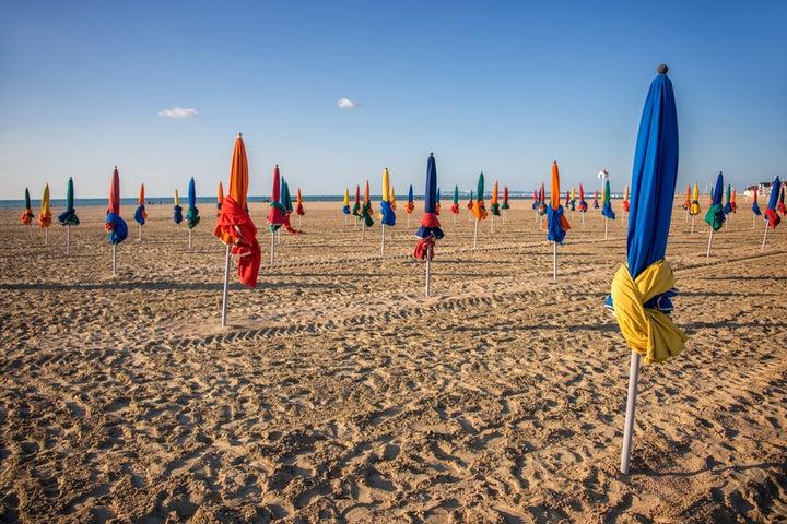 Plage de Deauville et ses parasols colorés, Normandie